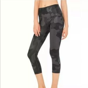 Alo Yoga | Airbrush high waist capri | Black camo